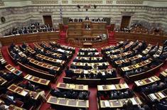 <p>Le parlement grec a approuvé lundi la loi d'austérité très impopulaire destinée à assurer l'octroi au pays d'une deuxième aide financière de la part de l'Union européenne et du Fonds monétaire international et à éviter une cessation de paiement. /Photo prise le 12 février 2012/REUTERS/John Kolesidis</p>