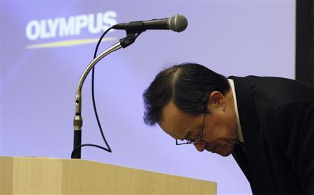 Olympus Corp President Shuichi Takayama bows after speaking at a news conference in Tokyo February 13, 2012. Japan's scandal-hit Olympus Corp on Monday forecast a $410 million full-year net loss due to its ailing camera business and tax asset writedowns, but strength in its core endoscope business highlighted its attractiveness to potential investors. REUTERS/Yuriko Nakao