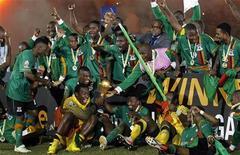 Игроки сборной Замбии по футболу празднуют победу в финале Кубка африканских наций над командой Кот-д'Ивуара в Либревиле 12 февраля 2012 года. Сборная Замбии впервые в своей истории стала сильнейшей африканской командой, одолев в финальном матче Кот-д'Ивуар в серии пенальти. REUTERS/Thomas Mukoya