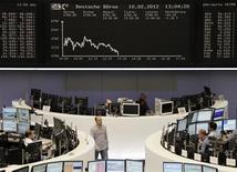 Трейдеры работают на Франкфуртской фондовой бирже, 10 февраля 2012 г. Европейские рынки акций открылись ростом в понедельник после того, как парламент Греции одобрил закон о мерах экономии, чтобы получить второй кредит от Евросоюза и Международного валютного фонда и избежать беспорядочного дефолта в марте. REUTERS/Sonya Schoenberger