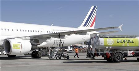 A tanker refuels an Air France's Airbus A321 green commercial plane at Toulouse-Blagnac Airport October 13, 2011. REUTERS/Jean-Philippe Arles