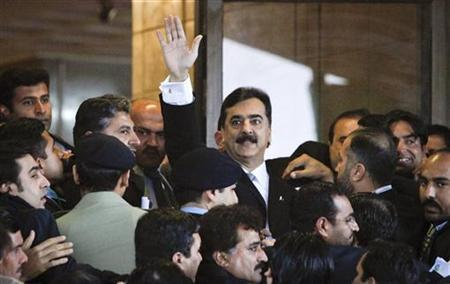 Pakistan's Prime Minister Yusuf Raza Gilani (C) waves after arriving at the Supreme Court in Islamabad February 13, 2012. REUTERS/Faisal Mahmood
