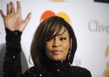Whitney Houston comparece à festa pré-Grammy Gala & Salute to Industry Icons com Clive Davis, em Beverly Hills, Califórnia. Legistas completaram a autópsia do corpo da cantora Whitney Houston, que morreu na tarde de sábado, e confirmaram que ela foi encontrada na banheira em seu quarto de hotel em Beverly Hills. 12/02/2011 REUTERS/Phil McCarten