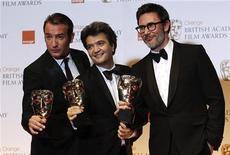 """Jean Dujardin (E), Thomas Langmann (C) e Michel Hazanavicius comemoram após vencerem o prêmio de melhor filme com """"O Artista"""" na cerimônia de premiação do Bafta, na Royal Opera House, em Londres. 12/02/2012.    REUTERS/Suzanne"""