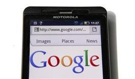 <p>Foto de archivo del sitio web google visto desde un teléfono móvil de Motorola en Washington, ago 15 2011. Google Inc obtuvo la aprobación regulatoria incondicional de la Unión Europea para su planeada compra del fabricante de teléfonos móviles Motorola Mobility por 12.500 millones de dólares. REUTERS/Kevin Lamarque</p>