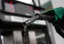 Заправочный пистолет на завправке в Будапеште, 19 января 2011 года. Фьючерсы на базовые сорта нефти дешевеют во вторник утром на фоне роста опасений о ситуации в Европе, после того как агентство Moody's понизило рейтинг шести стран региона, однако угроза сокращения поставок сдерживает снижение котировок. REUTERS/Bernadett Szabo