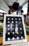 Покупатели смотрят планшеты Apple iPad в магазине в Сеуле, 10 августа 2011 года. Apple Inc планирует представить iPad четвертого поколения (4G) в первую неделю марта, сообщает Wall Street Journal со ссылкой на знакомый с ситуацией источник. REUTERS/Jo Yong-Hak