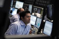 """Трейдеры следят за ходом торгов на бирже во Франкфурте-на-Майне, 2 февраля 2012 года. Европейские торги акциями открылись снижением котировок во вторник после того, как агентство Moody's понизило кредитные рейтинги шести стран региона, предупредив, что может сократить рейтинги """"AAA"""" Франции, Великобритании и Австрии. REUTERS/Alex Domanski"""