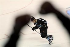 """Хоккеист """"Сан-Хосе"""" Джо Павелски во время домашней игры против """"Монреаля"""", 1 декабря 2011 года. """"Сан-Хосе"""" обыграл в понедельник на выезде """"Вашингтон"""" в матче регулярного чемпионата Национальной хоккейной лиги со счетом 5-3 и упрочил свое небольшое преимущество в Тихоокеанском дивизионе. REUTERS/Robert Galbraith"""