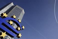Конденсационный след самолета в небе над зданием Европейского Центробанка во Франкфурте, 17 января 2012 г. Доход Европейского Центробанка (ЕЦБ) от инвестиций в греческие гособлигаций может быть использован для реструктуризации долгов Греции, сообщил член Совета управляющих ЕЦБ Бенуа Кёре, поясняя каким образом центробанк может поучаствовать в соглашении Афин. REUTERS/Kai Pfaffenbach