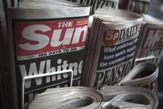 Exemplares do jornal The Sun são expostos em uma banca, em Londres. O magnata da mídia Rupert Murdoch enfrentará a hostilidade de seus funcionários na Grã-Bretanha para tentar debelar uma rebelião nos seus jornais e afastar os rumores de que o tabloide Sun será fechado. 13/02/2012 REUTERS/Finbarr O'Reilly