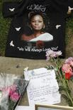 Uma camiseta e um bilhete deixados por fãs são fotografados num memorial improvisado à cantora Whitney Houston em Beverly Hills, 13 de fevereiro de 2012. REUTERS/Fred Prouser