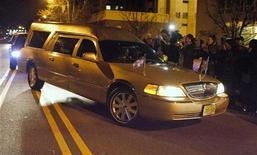 Um carro fúnebre transportando o corpo da cantora Whitney Houston chega a uma casa funerária em Newark, Nova Jersey, nos Estados Unidos, na noite de segunda-feira. 13/02/2012 REUTERS/Lee Celano