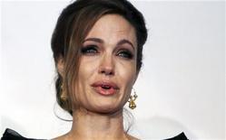 """A atriz e cineasta Angelina Jolie se emociona após a sessão de gala da exibição de seu filme """"In the Land of Blood and Honey"""", em Sarajevo, na Bósnia, nesta terça-feira. 14/02/2012 REUTERS/Dado Ruvic"""