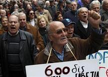 Люди скандируют во время акции протеста в Афинах, 14 февраля 2012 года. Министры финансов еврозоны отказались от планов проведения специальной встречи в среду, посвященной финансовой помощи Греции, заявив, что лидеры политических партий Афин не смогли представить требуемое обязательство о проведении реформ. REUTERS/John Kolesidis
