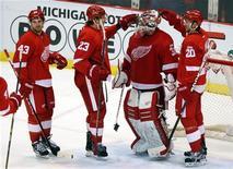 """Игроки """"Детройта"""" радуются победе над """"Далласом"""" в матче НХЛ в Детройте 14 февраля 2012 года. Проводящий впечатляющий сезон """"Детройт"""" обыграл """"Даллас"""" со счетом 3-1 в домашнем матче регулярного сезона НХЛ, установив рекорд лиги по количеству побед на своем льду подряд. REUTERS/Rebecca Cook"""