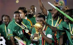 Игроки сборной Замбии по футболу празднуют победу в Кубке Африки в Либревиле 12 февраля 2012 года. Триумфатор Кубка африканских наций сборная Замбии вошла в 50 сильнейших национальных команд планеты согласно обновленному в понедельник рейтингу ФИФА. REUTERS/Thomas Mukoya