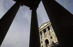 Вид на здание Банка Англии в Лондоне 5 марта 2009 года. Банк Англии в среду повысил прогноз инфляции на ближайшие два года до порядка 1,8 процента - сильнее, чем ожидали экономисты, что затуманило перспективы дальнейшего количественного смягчения. REUTERS/Stefan Wermuth