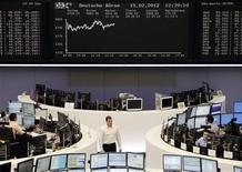 Трейдеры работают на Франкфуртской фондовой бирже, 15 февраля 2012 г. Европейские рынки акций растут в среду на фоне экономических данных еврозоны, указывающих на некоторую стабилизацию в регионе, а также на фоне политического консенсуса в Греции касательно жестких мер экономии. REUTERS/Amanda Andersen