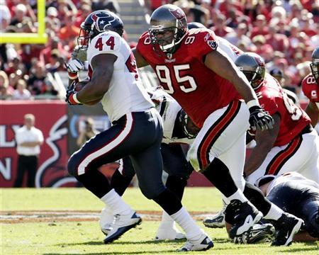 Tampa Bay Buccaneers defensive lineman Albert Haynesworth (95) chases Houston Texans running back Ben Tate (44) during their NFL football game in Tampa, Florida November 13, 2011. REUTERS/Pierre DuCharme
