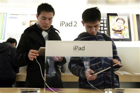 Customers test out Apple iPads in the company's flagship store in Beijing's Sanlitun Area, February 15, 2012. REUTERS/Jason Lee