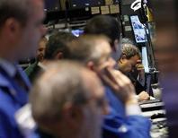 Трейдеры биржи Уолл-стрит в Нью-Йорке следят за котировками, 13 февраля 2012 года. Американские акции подешевели в среду, в основном, из-за падения котировок крупнейшей компании мира Apple Inc во второй половине торгового дня. REUTERS/Brendan McDermid