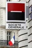 Логотип Societe Generale перед зданием отделения банка в Париже, 13 сентября 2011 года. Второй по размеру банк Франции Societe Generale сообщил в четверг о падении прибыли в четвертом квартале на 88,6 процента из-за проблемных активов у инвестиционного подразделения и дальнейших списаний по долгам Греции. REUTERS/Charles Platiau