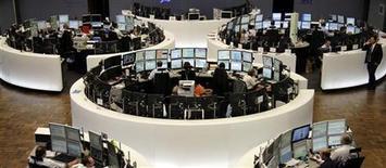 Торговый зал Франкфуртской фондовой биржи, 8 августа 2011 года. Европейские рынки акций открылись снижением из-за очередной отсрочки финансовой помощи находящейся на грани неконтролируемого дефолта Греции. REUTERS/Remote/Pawel Kopczynski
