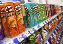 Банки с чипсами Pringles в магазине в Нью-Йорке, 5 апреля 2011 года. Производитель продуктов питания Kellogg Co согласовал приобретение марки картофельных чипсов Pringles за $2,7 миллиарда денежными средствами, что позволит компании занять второе место на глобальном рынке закусок после PepsiCo Inc. REUTERS/Shannon Stapleton
