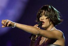Whitney Houston performs before winning for Best Female R&B Vocal Performance at the 42nd annual Grammy Awards, February 23, 2000.    REUTERS/Gary Hershorn