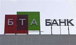 Логотип банка БТА на здании офиса в Алма-Ате, 2 февраля 2009 года. Мухтар Аблязов, казахский олигарх, обвиняемый в расхищении по меньшей мере $5 миллиардов одного из крупнейших банков Казахстана - БTA, был приговорен к 22 месяцам тюремного заключения в Великобритании за неуважение к суду. REUTERS/Shamil Zhumatov