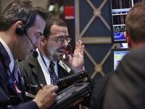 Трейдеры Уолл-стрит следят за ходом торгов, 16 февраля 2012 года. Индекс S&P 500 достиг девятимесячного максимума в четверг благодаря сильным экономическим данным и укреплению надежд на соглашение о помощи Греции. REUTERS/Brendan McDermid