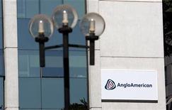Логотип компании Anglo American на здании в Сантьяго, 24 января 2012 года.  Горнорудная компания Anglo American повысила операционную прибыль на 14 процентов в 2011 году благодаря высокой прибыли железорудного и угольного подразделений. REUTERS/Victor Ruiz Caballero