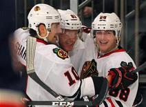 """Хоккеисты """"Чикаго"""" радуются шайбе, заброшенной в гостевой игре против """"Нью-Йорк Рейнджерс"""", 16 февраля 2012 года. """"Чикаго"""" прервал девятиматчевую серию поражений в четверг, в гостях обыграв """"Нью-Йорк Рейнджерс"""" со счетом 4-2 в матче регулярного сезона Национальной хоккейной лиги (НХЛ). REUTERS/Adam Hunger"""