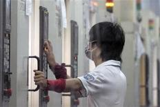 Worker at work during a night shift in Foxconn's new factory in Zhengzhou, Henan province in central China August 10, 2010. REUTERS/Tyrone Siu