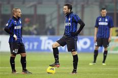 Jogadores da Inter de Milão esperam para dar saída de bola após tomar gol do Bologna. REUTERS/Stefano Rellandini
