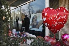 Pessoas deixam flores e balões na entrada da Whigham Funeral Home, que está organizando o funeral da cantora pop Whitney Houston, em Newark, Nova Jérsei, 17 de fevereiro de 2012. REUTERS/Eduardo Muñoz