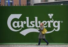 Женщина проходит мимо пивоваренного завода Carlsberg в Лидсе на севере Англии, 5 ноября 2008 года. Датская пивоваренная компания Carlsberg, чьи годовые итоги превзошли ожидания экспертов, выкупит оставшиеся 15 процентов своего российского бренда Балтика. REUTERS/Nigel Roddis