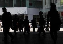 <p>Dans un quartier commerçant de Tokyo. L'agence de notation Standard & Poor's a confirmé à AA- la note de la dette souveraine du Japon et maintenu sa perspective négative. /Photo d'archives/REUTERS/Kim Kyung-Hoon</p>