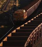 Поезд с железной рудой направляется к объекту Rio Tinto в Дампире, 5 мая 2011 г. Горнорудный гигант Rio Tinto инвестирует $518 миллионов в строительство автоматических поездов для использования на железорудных рудниках Австралии. REUTERS/Daniel Munoz