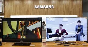 <p>Le groupe sud-coréen Samsung Electronics, premier fabricant mondial de téléviseurs, prend le virage des téléviseurs de nouvelle génération à écrans OLED et annonce qu'il va scinder ses activités déficitaires de téléviseurs LCD. /Photo prise le 7 juillet 2011/REUTERS/Lee Jae-Won</p>
