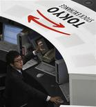 Трейдер работает в торговом зале Токийской фондовой биржи, 30 декабря 2010 года. Фондовые рынки Азии закрылись в понедельник ростом благодаря смягчению монетарной политики в Китае и в надежде на способность Греции получить новую порцию дешевых кредитов. REUTERS/Kim Kyung-Hoon