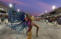 Passista da Vila Isabel desfila na avenida ao amanhecer de segunda-feira no Rio de Janeiro. 20/02/2012 REUTERS/Nacho Doce