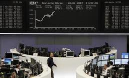 Трейдеры работают на Франкфуртской фондовой бирже, 20 февраля 2012 г. Европейские акции в понедельник достигли максимального значения почти за семь месяцев благодаря росту горнорудных акций, вызванному сокращением норм банковского резервирования в Китае и надеждам на получение финансовой помощи Грецией. REUTERS/Ints Kalnins
