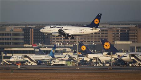Lufthansa Boeing 737-500 aircraft lands at Frankfurt's airport February 20, 2012. REUTERS/Alex Domanski