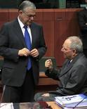 <p>Le Premier ministre grec Lucas Papadémos (à gauche) et le ministre allemand des Finances Wolfgang Schäuble lors de la réunion de l'Eurogroupe à Bruxelles, lundi. Un accord semblait en vue lundi soir sur le deuxième plan d'aide à la Grèce mais les discussions se poursuivaient encore tard dans la soirée pour régler les derniers détails. /Photo prise le 20 février 2012/REUTERS/Yves Herman</p>