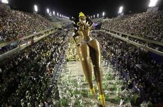 Boneca inflável gigante da escola de samba São Clemente fez sucesso na Marques de Sapucaí no Rio de Janeiro. 21/02/2012 REUTERS/Ricardo Moraes