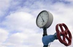Вентиль и датчик давления на газовой компрессорной станции в городе Боярка близ Киева 20 января 2009 года. Россия, согласившаяся на ценовые поблажки для европейских потребителей газа, посулила новый договор и Украине, почти два года добивающейся снижения непосильной для экономики цены на топливо, установленной контрактами 2009 года. REUTERS/Konstantin Chernichkin