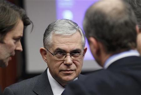 2月21日、EU当局者は、ユーロ圏の財務相が第2次ギリシャ支援で合意したことを明らかにした。写真中央は、ギリシャのパパデモス首相。20日撮影(2012年 ロイター/Yves Herman)