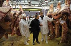 """<p>Le candidat Nicolas Sarkozy a critiqué mardi une polémique sur la viande halal """"qui n'a pas lieu d'être"""" lors d'une visite matinale chez les professionnels de la boucherie du marché de Rungis, au sud de Paris. /Photo prise le 21 février 2012/REUTERS/Philippe Wojazer</p>"""